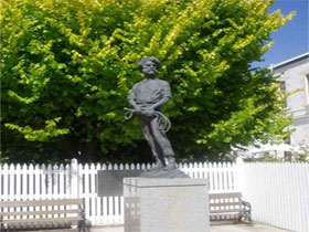 Alexander Cameron Statue - SA Accommodation