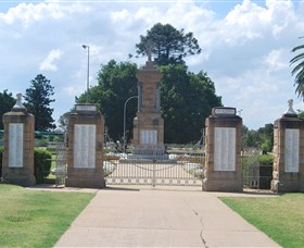 Warwick War Memorial and Gates - SA Accommodation